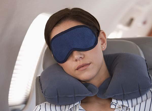 Sử dụng bịt mắt để có giấc ngủ ngon khi đi du lịch